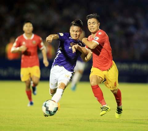 Các đội V.League đang ráo riết tập luyện chờ ngày giải đấu trở lại - Ảnh: Minh Tuấn
