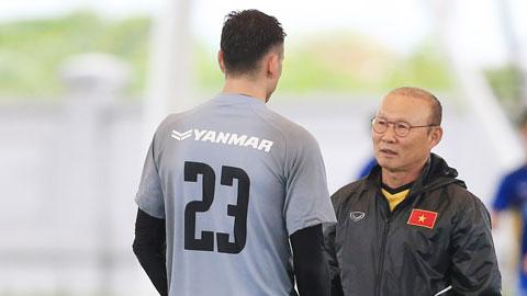 HLV Park Hang Seo (ảnh nhỏ) lo ngại thủ môn Văn Lâm sẽ không có được phong độ tốt do phải nghỉ thi đấu quá lâu  Ảnh: ĐỨC CƯỜNG