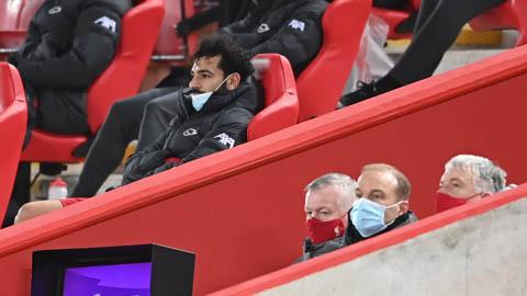 Salah rời sân đầy khó chịu, người đại diện liền có động thái lạ