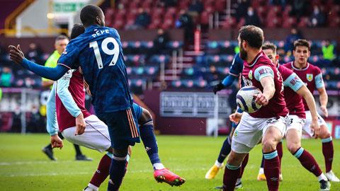 VAR có 2 tình huống gây tranh cãi chỉ trong 10 phút ở trận Burnley vs Arsenal