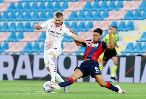 Milan (áo sáng) nhiều khả năng sẽ vấp ngã trên sân của Verona