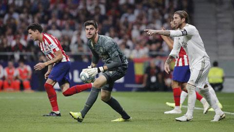 Đây sẽ là trận thứ 5 liên tiếp Courtois (giữa) giữ sạch lưới ở derby Madrid?