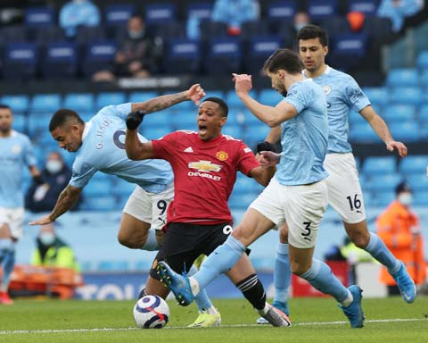 Jesus (bìa trái) phạm lỗi quá thô với Martial khiến Man City bị phạt đền rồi sụp đổ trước M.U ở trận derby
