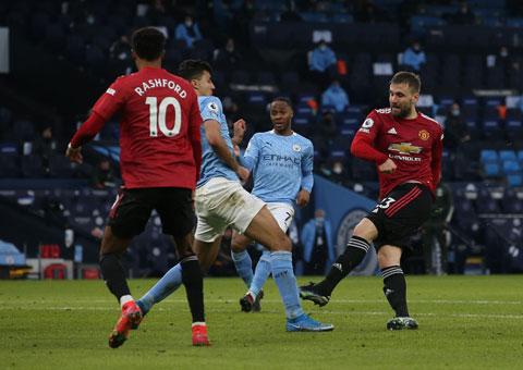 Shaw (bìa phải) tung cú sút ấn định chiến thắng 2-0 cho Man United trước Man City