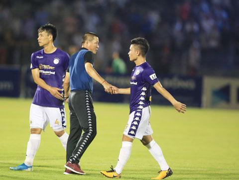 """Nếu Hà Nội FC không cải thiện được phong độ, ghế """"thuyền trưởng"""" của HLV Chu Đình Nghiêm (giữa) sẽ bị lung lay - Ảnh: MINH TUẤN"""