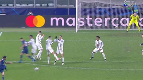 Ronaldo mắc lỗi lớn khi đứng rào