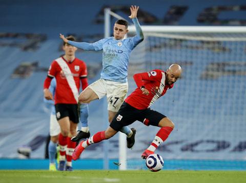 Foden (áo xanh) nhảy múa giữa hàng thủ Southampton