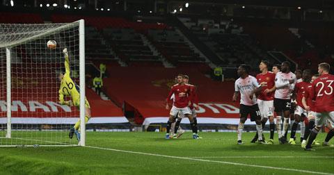 Henderson không thể cản phá cú đánh đầu của Kjaer ở trận MU vs Milan dù không quá khó