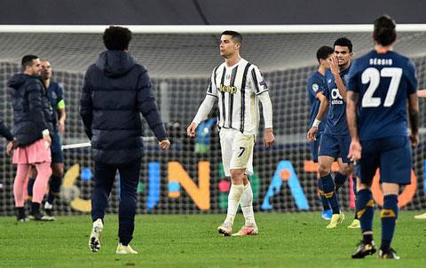 Ronaldo vừa cùng Juventus bị Porto loại tại vòng 1/8 Champions League