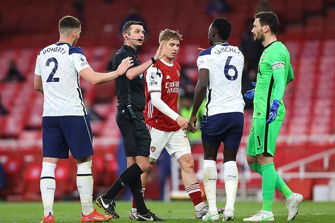 Mourinho không phục khi Oliver thổi 11m cho Arsenal