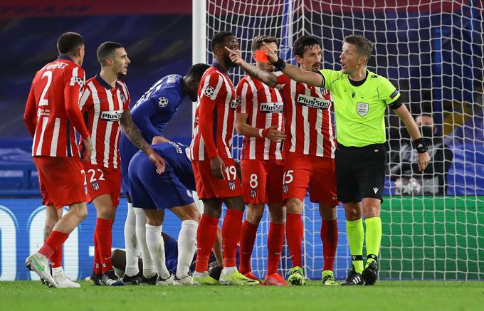 Savic nhận thẻ đỏ ở phút 82 trận đấu Chelsea vs Atletico