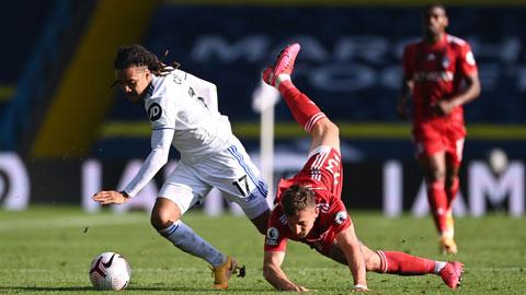 Fulham (phải) sẽ lại mất điểm trước Leeds như trận lượt đi