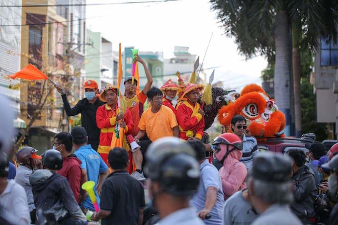 Người hâm mộ Bình Định diễu hành trước trận đấu. Ảnh: Quốc An