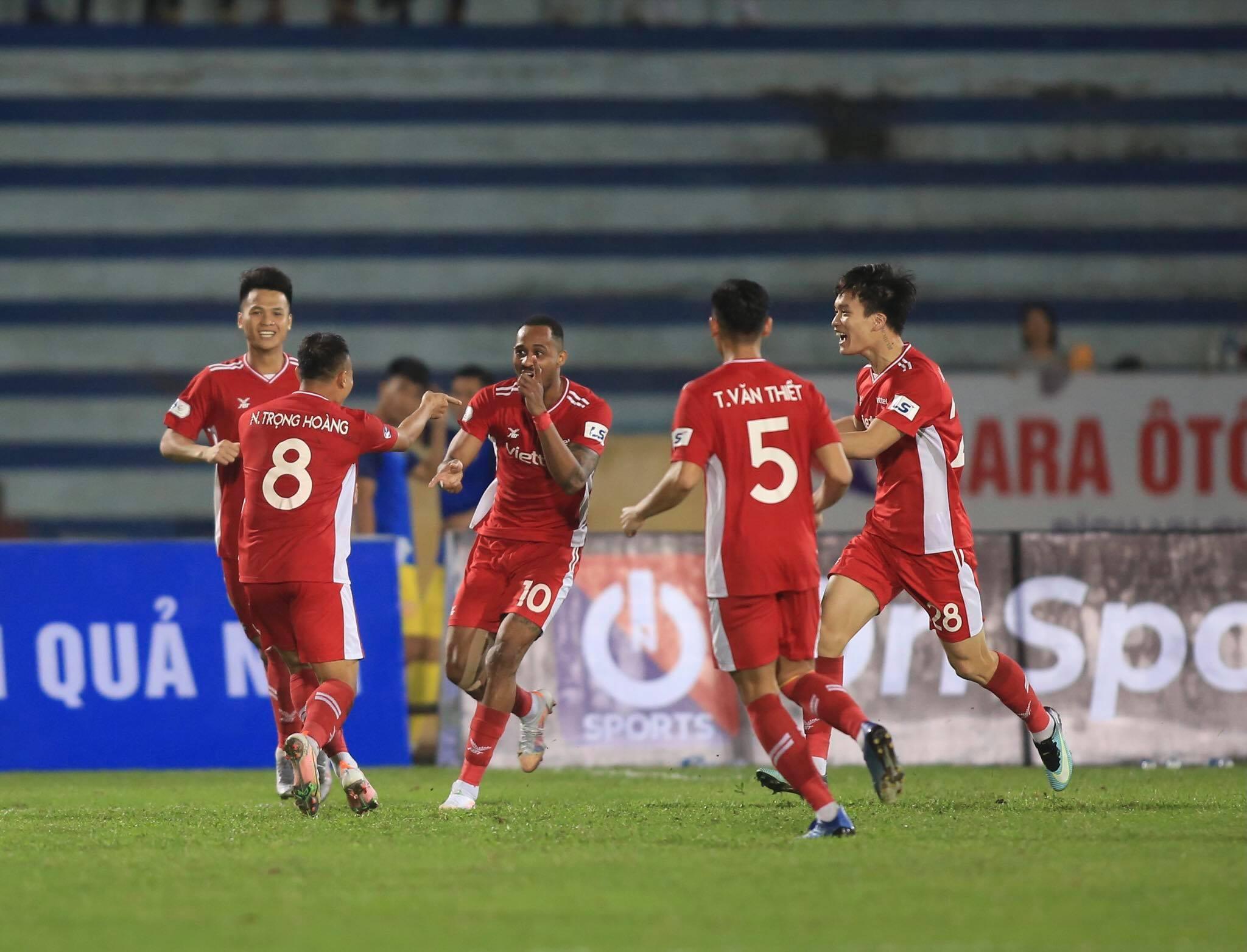 Cầu thủ Viettel ăn mừng bàn thắng nâng tỷ số lên 2-1 của Trọng Hoàng - Ảnh: Minh Tuấn