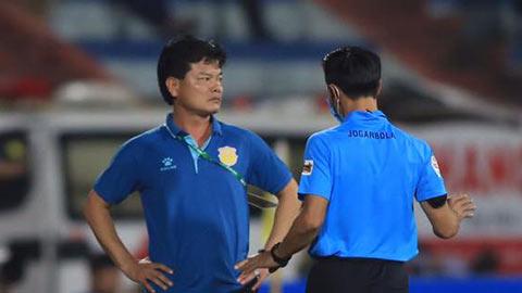 HLV Nam Định: 'Penalty mười mươi mà trọng tài không thổi'