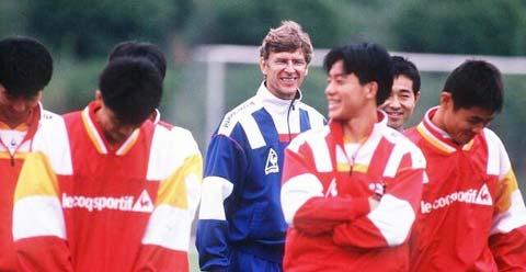 Wenger mang lại nhiều tiếng cười cho các cầu thủ Nagoya