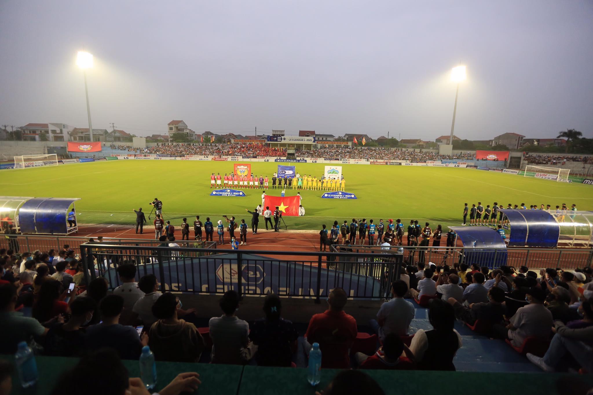 Sân Hà Tĩnh đón lượng khán giả đông đảo trong cuộc tiếp đón HAGL - Ảnh: Minh Tuấn