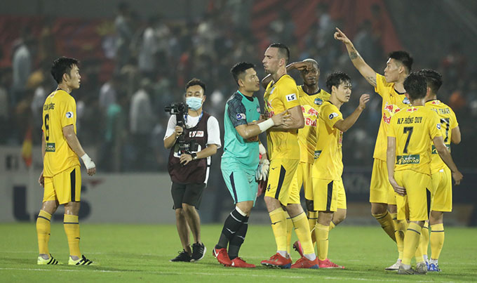 Xuân Trường và Kim Dong Su tranh cãi sau trận đấu của HAGL trước Hồng Lĩnh Hà Tĩnh