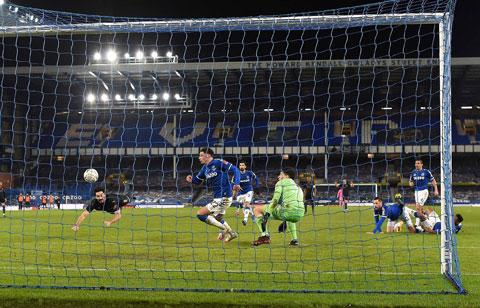 Pha đánh đầu ghi bàn của Guendogan vào lưới Everton