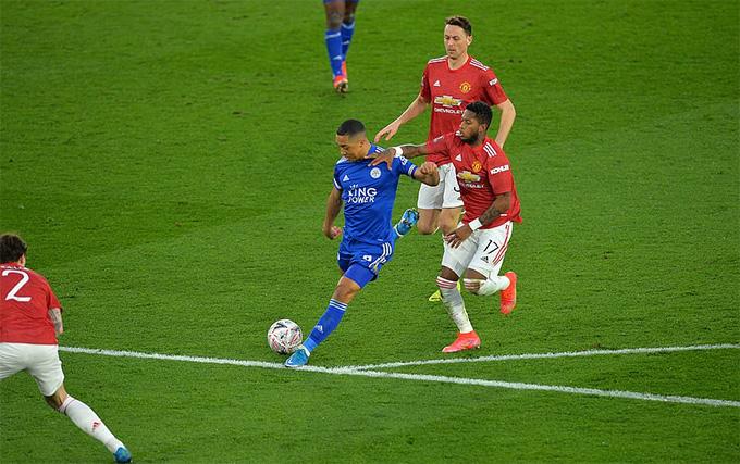Tielemans ghi bàn ngay đầu hiệp 2 để giúp Leicester vươn lên dẫn trước