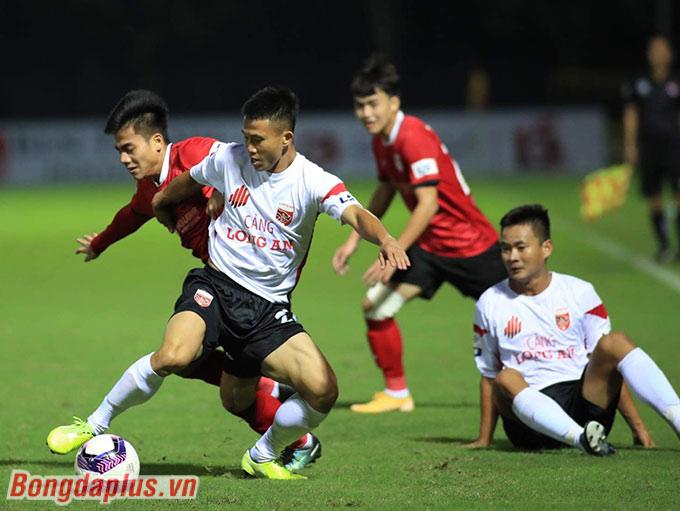 Uông Ngọc Tiến (đỏ) thuộc diện được quan tâm ở đội U22 Việt Nam