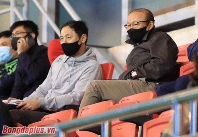 HLV Park Hang Seo cùng trợ lý Kim đã nhất cử lưỡng tiện. Cả hai có thể theo dõi từ Anh Đức lẫn những nhân tố trẻ U22