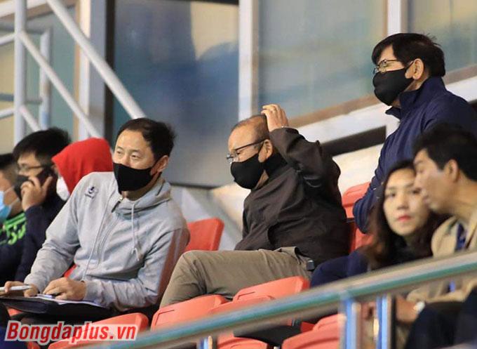 HLV Park Hang Seo cùng trợ lý Kim Han Yoon đã có mặt tại sân PVF để theo dõi trận đấu giữa Phố Hiến và Long An.