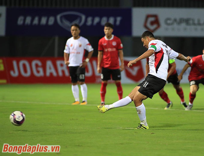. Đúng trong ngày HLV Park Hang Seo dự khán, Anh Đức lại ghi bàn. Đó là pha thực hiện thành công trên chấm phạt đền giúp Long An thủ hoà chung cuộc 1-1 trước Phố Hiến.