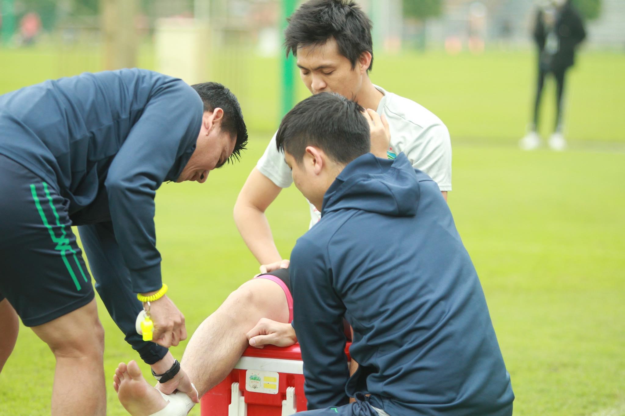 Kiatisuk trực tiếp băng bó vết thương cho Tuấn Anh