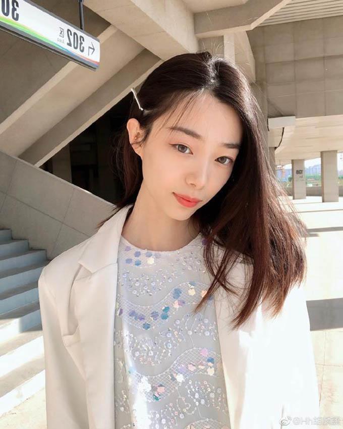 Hu Linpeng sinh năm 1995 tại Hà Bắc (Trung Quốc). Cô cao 1,84 m và theo học Đại học Thể dục Thể thao Bắc Kinh. Cô được đánh giá là một trong những VĐV điền kinh triển vọng của quốc gia này