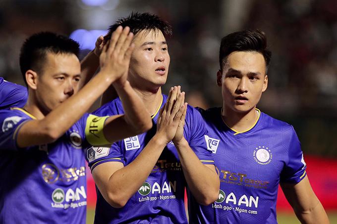 Duy Mạnh và đồng đội cầu nguyện cho Hùng Dũng sau khi ghi bàn thắng mở tỷ số cho Hà Nội