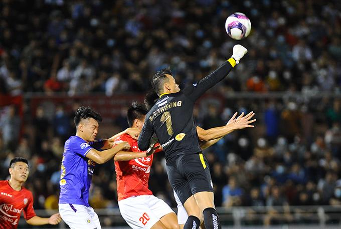 Trận đấu giữa TP.HCM và Hà Nội bắt đầu khá hay với những pha lên bóng nhanh và tốc độ, khiến thủ môn của 2 đội phải hết sức cảnh giác