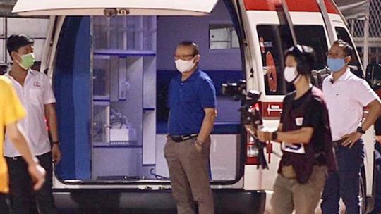 Thầy Park thất thần bên chiếc xe cấp cứu đưa học trò đến bệnh viện