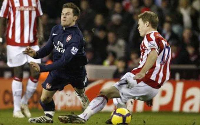 Ramsey bị gẫy chân sau pha bóng này
