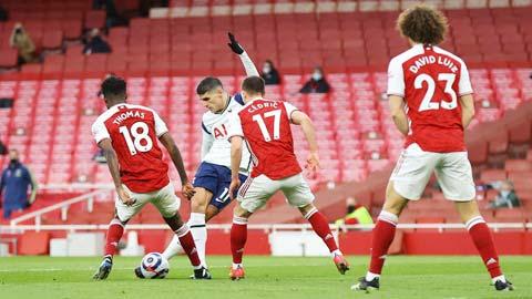 Cú rabona vào lưới Arsenal mới đây là khoảnh khác hiếm hoi Lamela (áo sáng) tỏa sáng trong màu áo Tottenham
