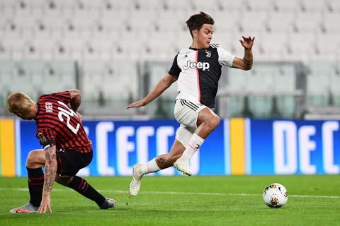 Paulo Dybala (phải) hiện là cầu thủ nhận lương cao thứ 3 tại Juventus