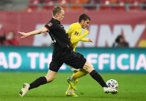 Klostermann (áo sẫm) là người hiếm hoi không thuộc biên chế Bayern chơi tốt trong màu áo ĐT Đức trên sân của Romania