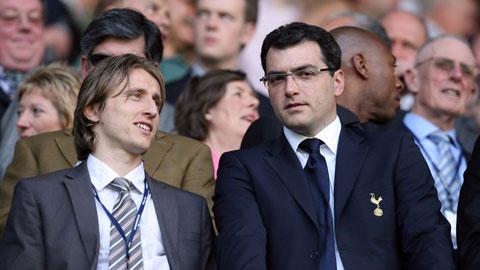 GĐTT Damien Comolli (phải) của Tottenham trong ngày ra mắt tân binh Luka Modric hồi Hè 2008