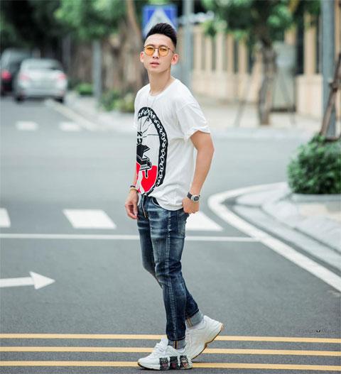 Ngoài tài năng trên sân cỏ,  Xuân Tú còn được ngưỡng mộ  bởi gu ăn mặc sành điệu, cá tính