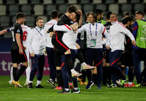 Các cầu thủ U21 Croatia ăn mừng khiêu khích sau trận đấu