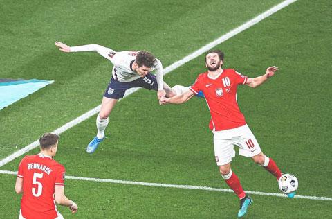 Stones (áo sáng) là người kiến tạo cho Maguire ghi bàn ấn định  tỷ số 2-1 trước Ba Lan