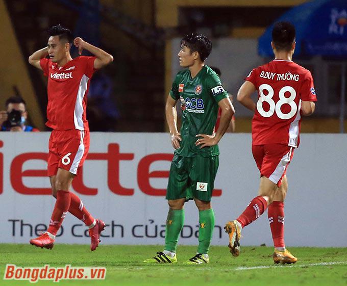 Vũ Minh Tuấn (bìa trái) đưa Viettel vươn lên dẫn trước ở phút 31