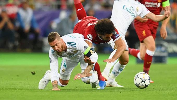Salah không thể thi đấu tiếp sau pha bóng này