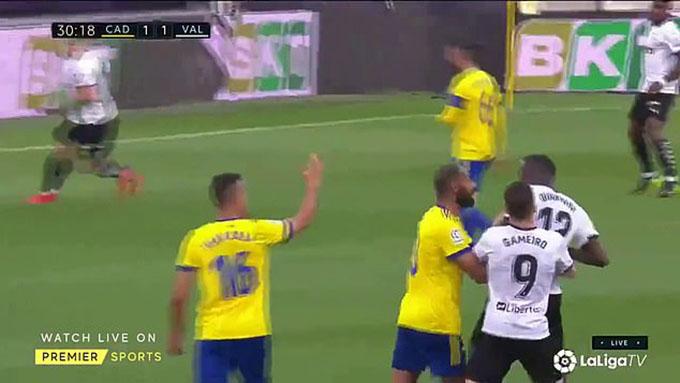Phút 30, Mouctar Diakhaby nhận thẻ vàng sau tình huống va chạm với Juan Cala bên phía Cadiz. Sau khi có lời qua tiếng lại với cầu thủ đội chủ nhà, Diakhaby tỏ ra vô cùng tức giận. Anh lao đến định ăn thua đủ với Cala, nhưng đồng đội của Diakhaby tại Valencia làKevin Gameiro và một cầu thủ đội chủ nhà đã ngăn anh lại