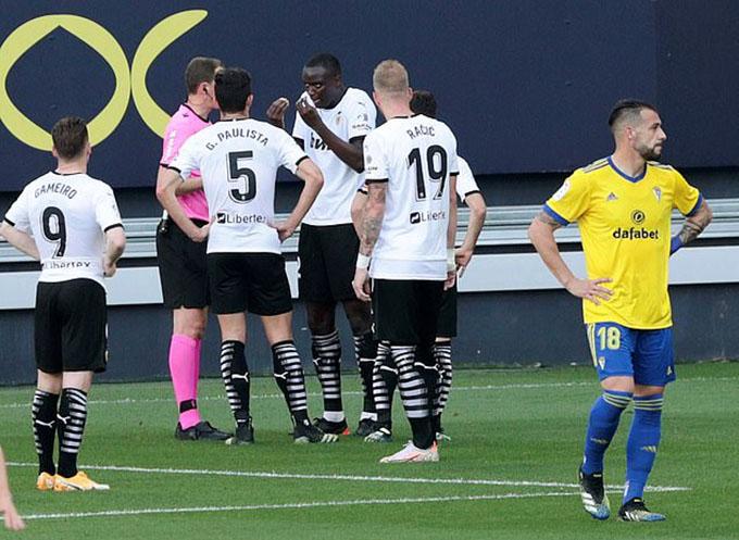 Diakhaby giải thích với trọng tài rằng anh đã bị phân biệt chủng tộc. Trung vệ sinh năm 1996 đã rời sân ngay sau đó.Để ủng hộ Diakhaby, cầu thủ Valencia cũng từ chối thi đấu. Trận đấu trên sân Ramon de Carranza bị gián đoạn trong gần nửa giờ