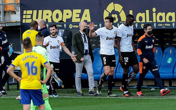 Cầu thủ Valencia đều bức xúc trước việc đồng đội bị phân biệt chủng tộc. Có lẽ vì chẳng muốn thi đấu với Cadiz nữa nên họ chấp nhận thua trận 1-2