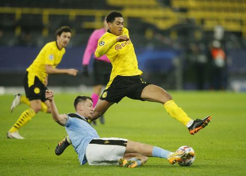 Bellingham (trên) đang trưởng thành vượt bậc trong màu áo Dortmund