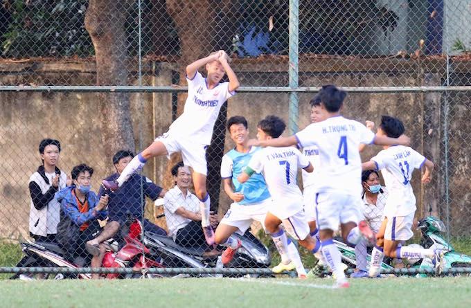 Niềm vui của đội trẻ An Giang khi giành vé vào tứ kết. Ảnh: Nhã Uyên