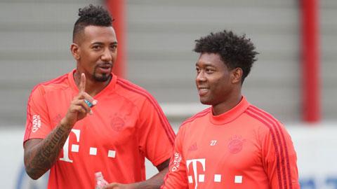 Jerome Boateng (trái) sẽ cùng với David Alaba rời Bayern trong Hè này