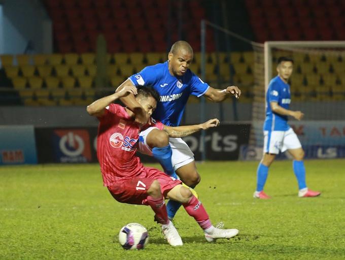 Diogo (áo xanh) là người ghi bàn thắng duy nhất cho Than Quảng Ninh - Ảnh: Đức Cường